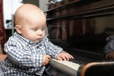 10537825-bellissimo-bambino-piccolo-suona-il-pianoforte