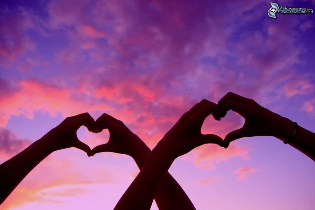 cuore-delle-mani,-nuvole,-cielo-viola-167303